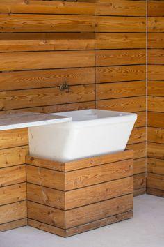 lambris bois, lavabo extérieur et meuble sous lavabo assorti