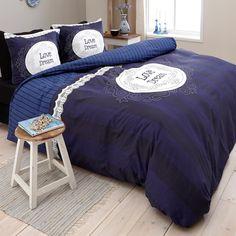 """Onder dit Dreamhouse Bedding Love of Dream Navy dekbedovertrek duik je voortaan iedere avond de romantiek in! Dit prachtige overtrek heeft een ondergrond van verticale strepen en een kantenrand. In het midden staat de tekst """"Love Dream"""" in een leuk lettertype gedrukt. De bijpassende kussenslopen maken het geheel mooi compleet. Vanwege de simpele kleur past het beddengoed in haast elke slaapkamer en is bovendien goed te combineren met leuke accessoires. Het comfortabele Dreamhouse Bedding…"""
