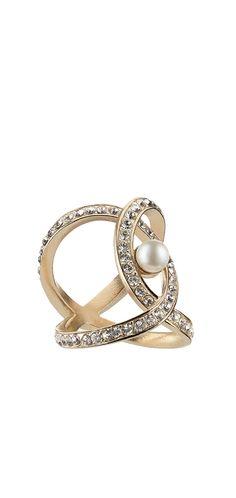 Anillo de metal con incrustraciones de strass, adornado con una perla de cristal, 590€