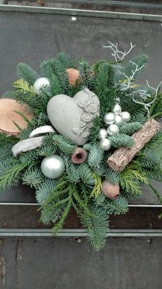 Christmas Flower Decorations, Christmas Wreaths, Christmas Ornaments, Holiday Decor, Tropical Floral Arrangements, Flower Arrangements, Cemetery Flowers, Deco Floral, Diy Wreath