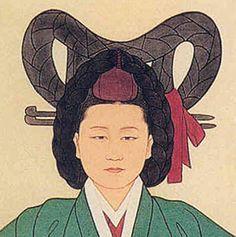 떠구지머리1 Tteoguji meori (떠구지머리): This hairstyle was reserved for special ceremonies and worn by the queens, royal concubines, royal consorts, and high ranking court ladies. It consisted of the wig shaped around the head just like the eoyeo meori style and – as the name suggested –  tteoguji. Tteoljam was also worn with this hairstyle but only the royal women could wear the ornament on the wig. It is also known as keun meori (큰머리).