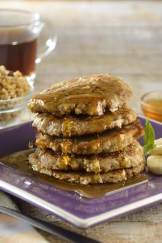 Empieza tus mañanas con estos saludables hotcakes light con granola.