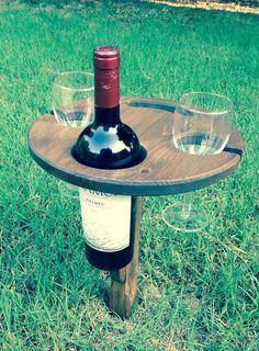 Genießen Sie eine schöne Flasche Wein auf ein Picknick oder am Strand, ohne Verschütten Ihr Glas oder die Flasche kümmern! Diese Konstruktion hält zwei Weingläsern und einer Flasche Wein. Jedes Stück wird von Hand gemacht und konstruiert und gebaut für einen rustikalen, robusten Look.  Wenn Sie fertig sind Ihre schön genießen, Tag oder Nacht, in der Tabelle leicht faltet und packs Weg sehr wenig Platz. Eine robuste Flugzeug-Grade Aluminium Spitze auf der Unterseite drückt in die Erde, die…