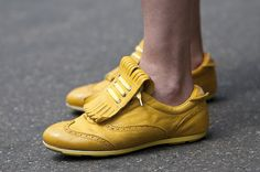 I recognized my yellow shoes (Pantofola d'Oro, Italy). Thank you Guerre!