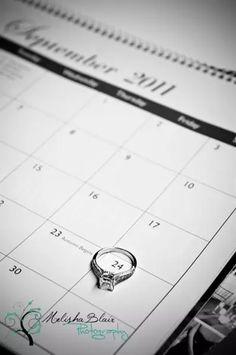 Foto de Anillo de compromiso circulando la fecha de la boda en un calendario