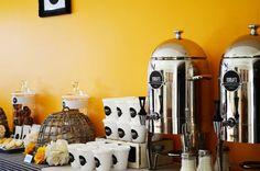 coffee store con detalles personalizados y dispensers de bebida caliente