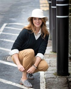 Chicos With A Youthful Twist - Act Your Style Stylish Outfits, Fall Outfits, Camel Pants, Plaid And Leopard, Summer Hats For Women, Daily Fashion, Style Fashion, Wearing A Hat, Long Torso