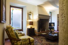 Sala relax camino Hotel Interiors, Oversized Mirror, Relax, Furniture, Home Decor, Drive Way, Homemade Home Decor, Home Furnishings, Decoration Home