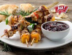 Gegrillte Hühnerspieße mit Kräuter-Grillbrot und Rosmarin-Johannisbeer-Chutney Rezept