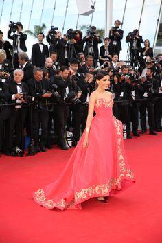 Freida Pinto in Oscar de la Renta | Cannes Film Festival 2014