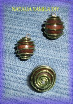 Colgante / collar artesanal de alambre , y cuenta de madera con pin . Handmade wire  pendant necklace with bead
