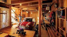 生成りのビルトインガレージ: H2O設計室 ( H2O Architectural design office )が手掛けたインダストリアルガレージ&小屋です。