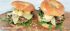 Heerlijke zelfgemaakte champignon burgers met Parmezaanse paas, pijnboompitjes en rucola op een bagel.