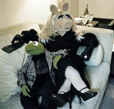 Kermit & Miss Piggy sitting on the couch