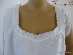 LINGE ANCIEN/ Merveilleuse chemise de jour avec petit empiècement brodé main sur toile de lin fin