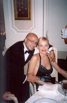 Sharon Stone con el modisto cubano Osmany Laffita