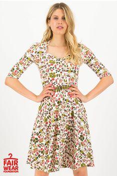 Jsou tak jiné! Krásné šaty německé kvality z dílny Blutsgeschwister. Pohodový model, který si oblíbíte pro jeho příjemný a pružný materiál (95% bavlna, 5% elastan). Šaty jsou vhodné na běžné nošení, na letní piknik, na zahradní párty, na dovolenou, do města. Hezký dekolt, krátký rukáv, živůtek projmutý, sukně do A. Součástí ozdobný látkový pásek. Casual, Dresses, Products, Fashion, Vestidos, Moda, Fashion Styles, Dress, Fashion Illustrations