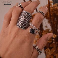Aposta de sucesso: mix de anéis  truque de estilo para trazer mais personalidade ao look!!! #invista Acesse: http://www.versatilacessorios.com.br/anel.html #bijoux #anéis #mixdeanéis