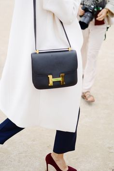 Find tips and tricks, amazing ideas for Hermes handbags. Discover and try out new things about Hermes handbags site Look Fashion, Paris Fashion, Fashion Bags, Net Fashion, White Fashion, Fashion Handbags, Street Fashion, Fashion Women, Hermes Bags