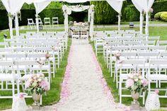 Freie Trauung in rosa mit Stoffbahnen dekoriert