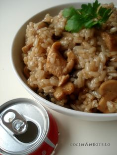 ARROZ CON COCA-COLA  INGREDIENTES: (para dos personas)  * 1 vaso de arroz * 2 vasos de Coca-Cola * 1 pechuga de pollo * 1 lata pequeña de champiñones * Un trozo de cebolla * Aceite, pimienta y sal