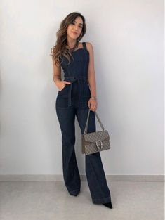 Macacao Jeans Flare Flare Jeans Outfit, Jeans Flare, Classy Outfits, Casual Outfits, Cute Outfits, Lesbian Outfits, Hijab Evening Dress, Stylish Jeans, Denim Trends