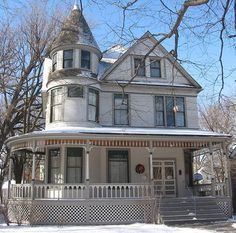 Restored childhood home of writer, Ernest Hemingway, located in Oak Park, Illinois. Oak Park Illinois, Chicago Illinois, Ernest Hemingway House, Victorian Homes, Vintage Homes, Modern Buildings, Historic Homes, Old Houses, My House