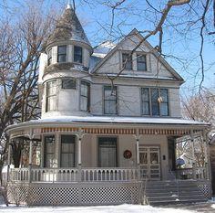 Restored childhood home of writer, Ernest Hemingway, located in Oak Park, Illinois. Oak Park Illinois, Chicago Illinois, Ernest Hemingway House, Victorian Homes, Vintage Homes, Modern Buildings, Historic Homes, Old Houses, Home