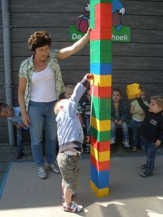 Meten:geef de kleuters met de kleine Lego een opdracht bijv. Maak twee dezelfde torens, maak een toren van 1,2,3,4,5,6 ect blokjes. Laat vergelijken, welke hoger welke lager ect