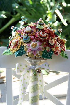 Felt and button bouquet Button Bouquet, Button Flowers, Felt Flowers, Diy Flowers, Fabric Flowers, Button Art, Button Crafts, Felt Crafts, Diy Crafts