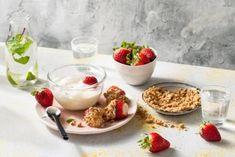 Een perfect kinderrecept: cheesecakedip met verse aardbeien! #allerhande #cheesecake #cheesecakedip #aardbeien #bakkenmetkinderen #kinderrecept Cheesecake Dip, Breakfast Dessert, Beignets, Panna Cotta, Eclairs, Strawberry, Pudding, Sweets, Baking