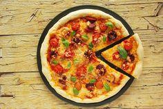 Cinco Quartos de Laranja: Piza de chouriço com tomate cereja e queijo