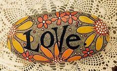 Rocha feliz - amor - Laranja Amarelo Daisies Flowers - pintado à mão River Rock