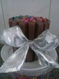 Mini panetone trufado decorado com KitKat e Confeitos