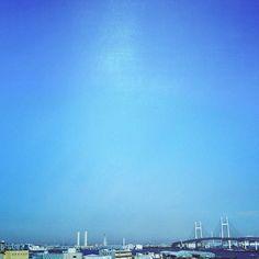 【ihsoyust_amayimok】さんのInstagramをピンしています。 《#bridge #bay #baybridge #sea #yokohama #factory #japan #sky #blue #bluesky  #橋 #ベイブリッジ #海 #工場 #日本 #横浜 #空 #青空 #大黒埠頭》