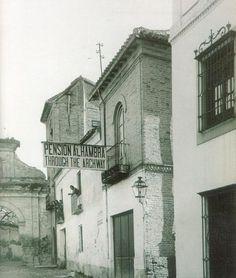 La Pensión Alhambra en la calle Real en una imagen de principios del siglo XX Granada, Black And White, Antiques, Painting, San Francisco, Vintage Postcards, Antique Photos, Vintage Photographs, Old Photography