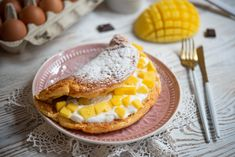 Omlet na słodko to świetny pomysł na śniadanie dla całej rodziny. Omlet wychodzi mięciutki, puszysty, a do tego pięknie się kroi i bardzo zachęcająco wygląda na talerzu. Nutella, Waffles, French Toast, Mango, Eggs, Breakfast, Manga, Morning Coffee, Egg