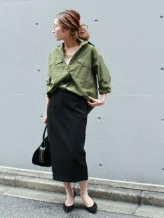 タイトスカートで女っぽく。ミリタリースタイルをランクアップさせて。