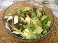 πρασινη σαλατα με cheddar και ξινομηλο