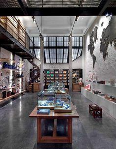livro david rockwell 4' (Foto: divulgação)O espaço da loja da Shinola em Tribeca, Nova York, faz reverência ao passado industrial dos Estados Unidos. Destaque para o mapa de parede vintage, de bronze