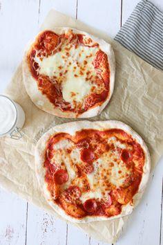 Den Bedste Pizza Opskrift - Pizzadej Der Ikke Skal Hæve - Hjemmelavet pizza smager fantastisk! Denne opskrift på pizza tager ingen tid, fordi dejen ikke skal hæve! Men der bliver ikke gået på kompromis med lækre bobler i dejen og sprøde skorpe! Hele hemmeligheden får du i denne opskrift og så har du lækker pizza på ingen tid. #Pizza #Aftensmad #Opskrift Cooking Cookies, Pizza Snacks, First Kitchen, Learn To Cook, Mozzarella, Pepperoni, Italian Recipes, Feta, Tapas