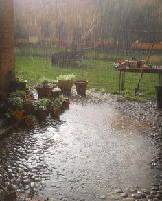 Rainy, regen maakt mij rustig en kalm. Ik hou van regen.