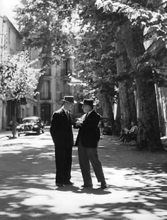 Atelier Robert Doisneau | Site officiel     // Aix en Provence. 1958.  (  http://www.gettyimages.co.uk/detail/news-photo/two-men-talking-in-the-streets-of-aix-en-provence-france-in-news-photo/142369269