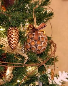 Ornament made from acorn caps. At my old house, I would have had hundreds of these. Not sure that acorns will be easy to find this year.