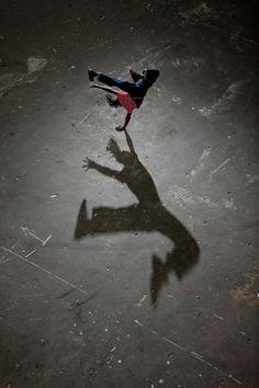 Kalender Inspiration: Schatten Photo by Joe McNally Shadow Art, Shadow Play, Long Shadow, Light And Shadow, Shadow Photography, Dance Photography, Hip Hop, Urban Dance, Gq