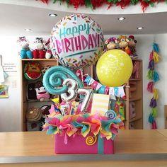 Arreglos #JoliandGift ✨ Hazlo único y especial! Balloon Basket, Balloon Box, Balloon Gift, Big Balloons, Birthday Candy, Birthday Diy, Birthday Balloons, Birthday Gifts, Balloon Arrangements