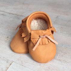 Handgemachte Leder-Puschen für Kinder, weich und perfekt für erste Gehversuche / cute tiny baby shoes, leather by Elfenkind-Berlin via DaWanda.com