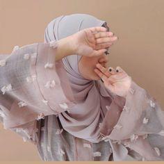 On frame Elmira Sageef: Lumiere Abaya Kimonos, the abaya comes in 3 color option. Shreema: Premium Basic made from chiffon, the hijab comes in 10 color options. . . . #abaya #hijab #elmirasageefxShreema #hijabdress #hijabstyle #hijabfab #hijabfashion #hijabers #hotd #tutorial #simplycovered #hijabblogger #abayablogger #jualabaya