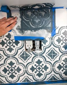 This DIY stenciled backsplash looks amazing and is so inexpensive. All you need is a stencil and some paint to completely change the look of your kitchen. This is a great way to add farmhouse style to your kitchen for cheap. Learn how at the link. Cheap Kitchen Backsplash, Paint Backsplash, Stove Backsplash, Diy Kitchen Island, Real Kitchen, Kitchen Reno, Kitchen Remodel, Kitchen Cabinets, Diy Outdoor Kitchen