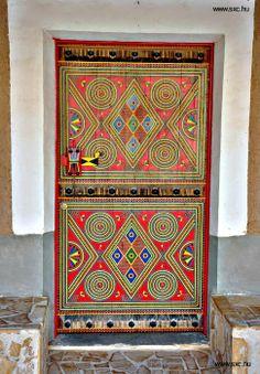 antigua puerta decorada restaurada door